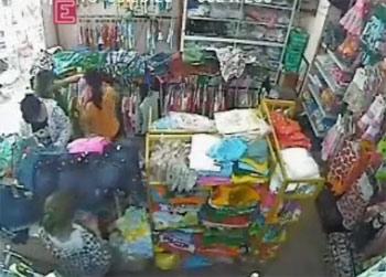 Màn trộm quần áo ở shop thời trang trẻ em
